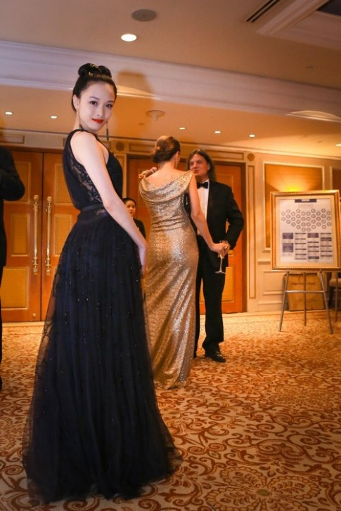 Phương Nga diện váy được kết pha lê bằng tay