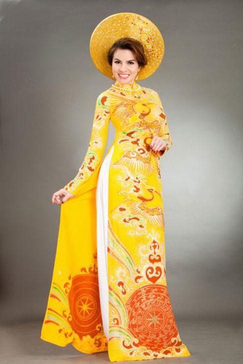 Quý bà Kim Hồng nổi bật với áo dài đa sắc