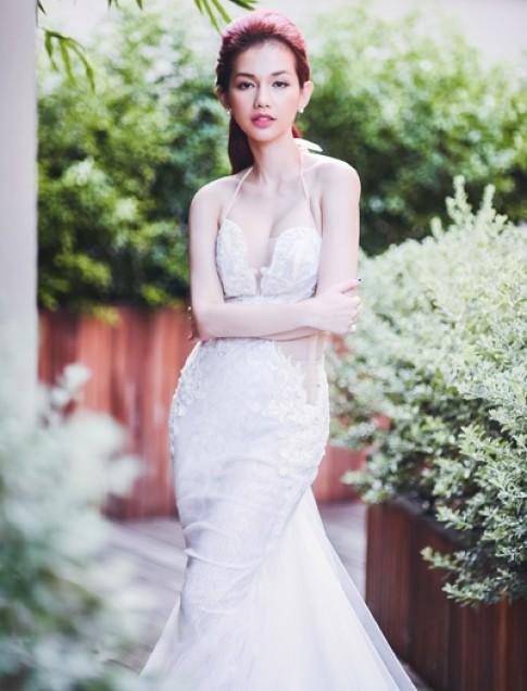 Quỳnh Chi khoe dáng với váy cô dâu