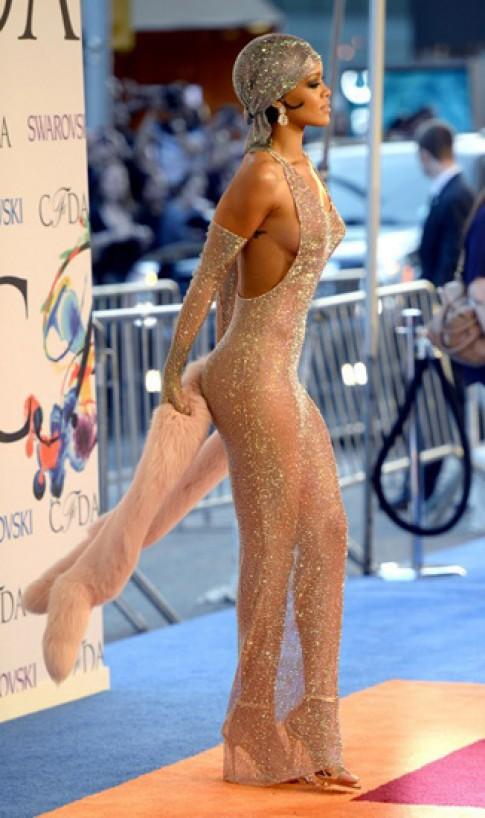 Rihanna nghiện giày quai mảnh, gót siêu nhọn