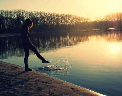 Rời xa nhau trong im lặng, rời xa nhau mà chẳng vì lí do gì...