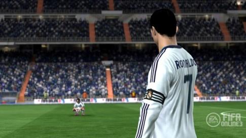 Ronaldo ăn đứt Messi trên 'sân cỏ ảo'.
