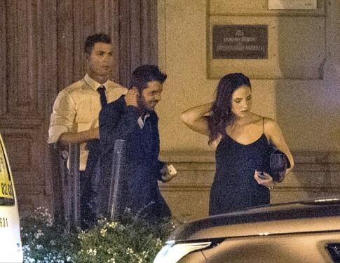 Ronaldo đi ăn với bạn gái mới