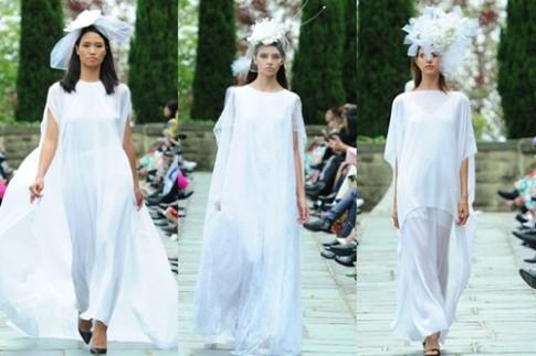 Sắc trắng tinh khôi trong bộ sưu tập váy cưới kết hoa hồng