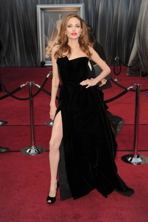 Sao đua nhau vén váy khoe chân kiểu Angelina