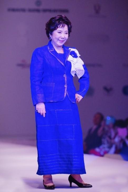 Sao Hàn 73 tuổi diễn catwalk ở TP HCM
