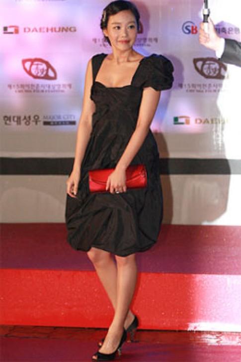 'Sao' Hàn mê váy đen