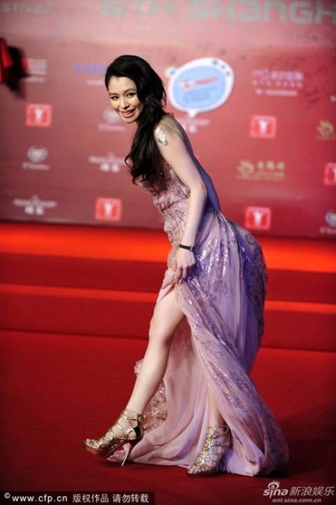 Sao Hoa, Hàn bối rối vì sự cố với váy dài