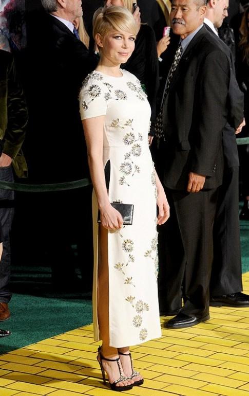 Sao Hollywood lộ quần chíp trong thiết kế giống áo dài