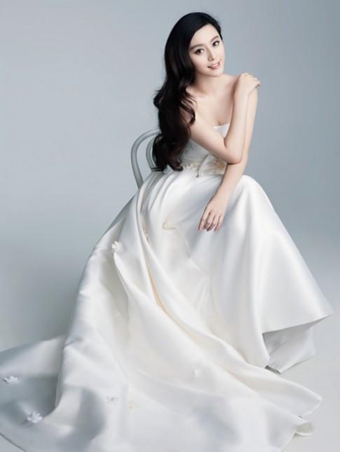 Sao nữ gốc Hoa kiều diễm trong váy cưới