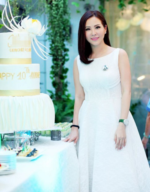 Sao Việt khoe dáng với trang phục trắng đen