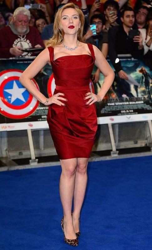 Scarlett Johansson nổi bật với váy đỏ