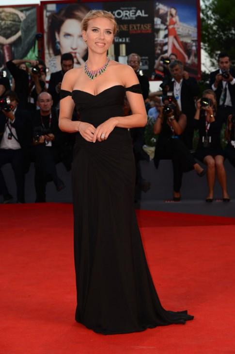 Scarlett Johansson với phong cách khoe vai cuốn hút