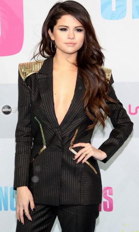 Selena Gomez diện đồ xẻ ngực khoét lưng