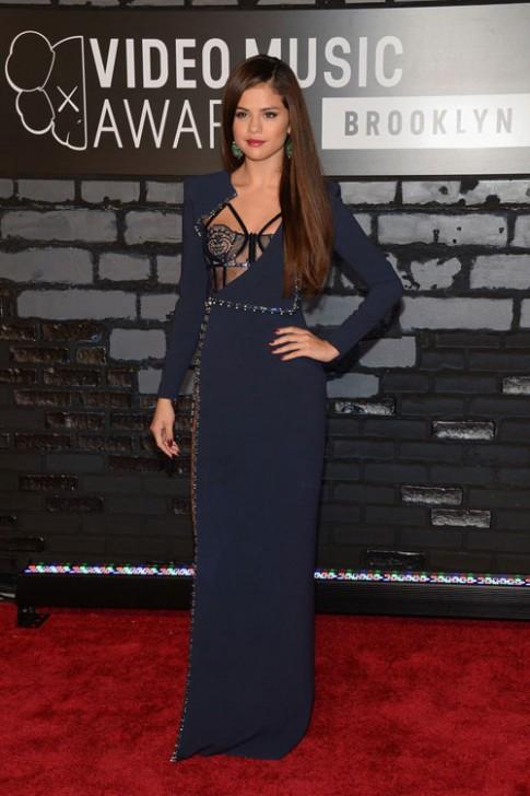 Selena Gomez mê đồ Versace