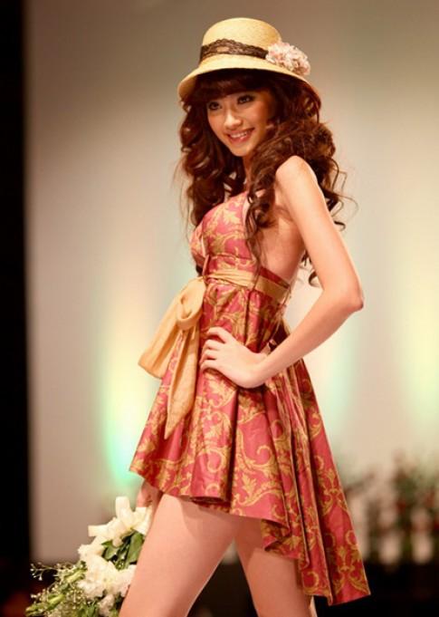 Siêu mẫu quyến rũ với tóc xoăn và mũ thời trang