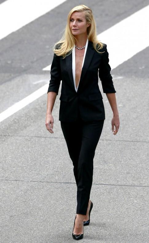 Suit khoét cổ sâu tăng vẻ gợi cảm cho sao