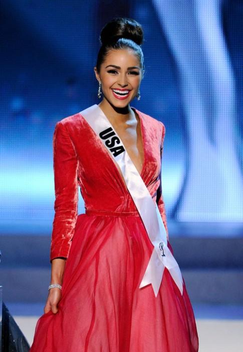 Tân Miss Universe diện váy dạ hội hàng hiệu cao cấp