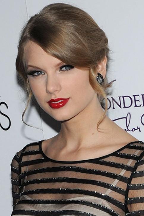Taylor Swift biến hóa với tông son đỏ