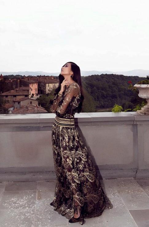Thanh Hằng bí ẩn trong váy ren ở Italy