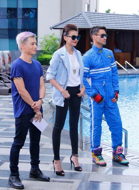 Thanh Hằng đẹp 'phong trần' bên bể bơi