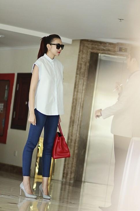 Thanh Hằng giản dị với jeans và sơ mi dạo phố