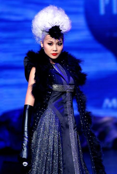 Thanh Hằng hóa thành nữ hoàng bóng đêm