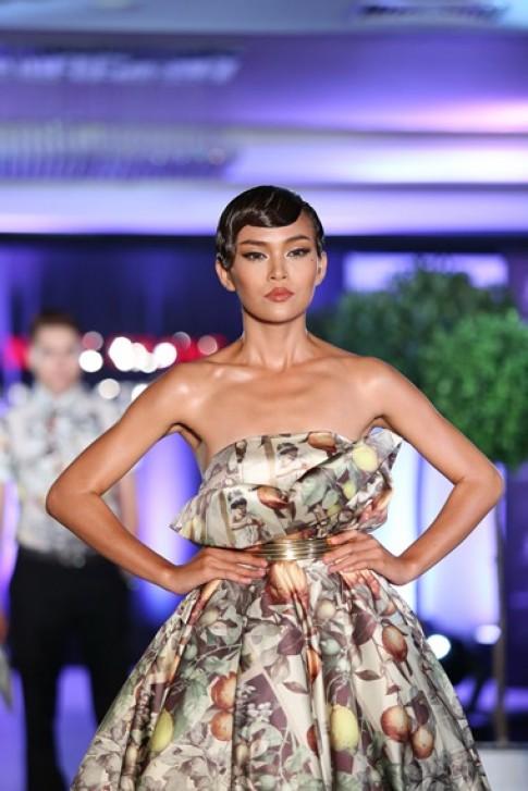Thanh Hằng, Mâu Thủy nữ tính với váy họa tiết hoa quả