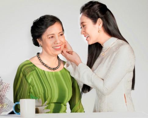 Thanh Thúy chọn trang sức ngọc trai tặng mẹ dịp Vu Lan