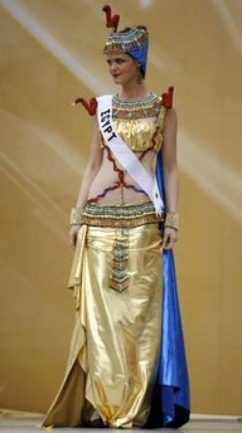 Thí sinh Hoa hậu Hoàn vũ trình diễn trang phục dân tộc