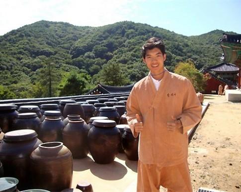 Thí sinh Manhunt thử sống như sư Hàn Quốc