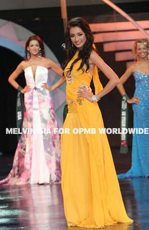 Thí sinh Miss Earth trình diễn trang phục dạ hội
