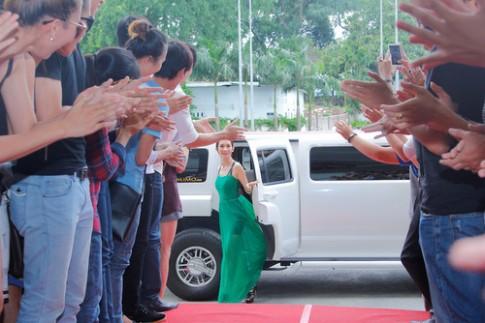 Thí sinh ôm chặt Xuân Lan tại buổi casting