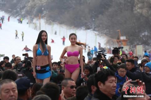 Thiếu nữ Trung Quốc mặc bikini thi sắc đẹp dưới cái lạnh âm 3 độ C