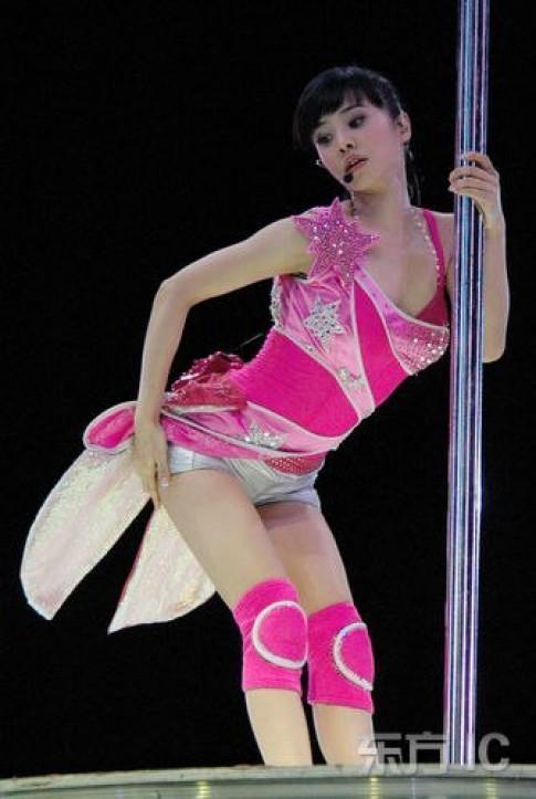 Thời trang biểu diễn 'mát mẻ' của Thái Y Lâm