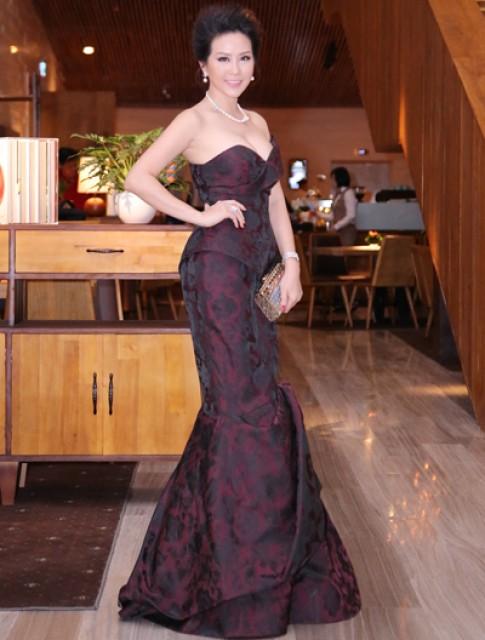 Thu Hoài, Quỳnh Chi gợi cảm với váy dạ hội