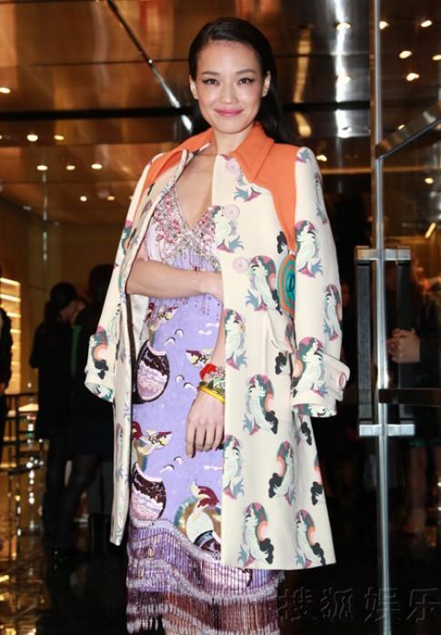 Thư Kỳ, Park Shin Hye cùng diện váy khoe vòng một