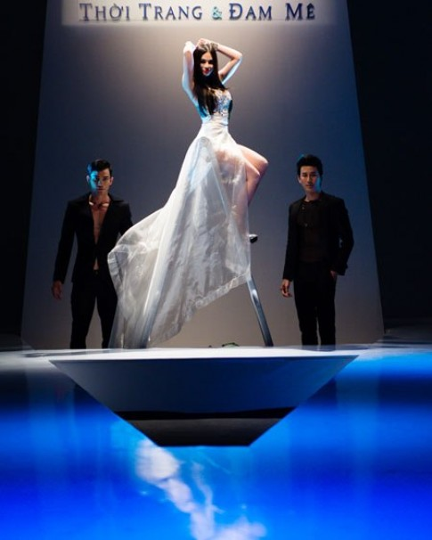 Thu Thủy quất váy trên sàn catwalk