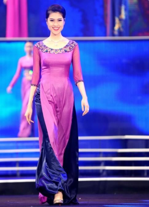 Thuận Việt tôn sắc tím trên tà áo dài