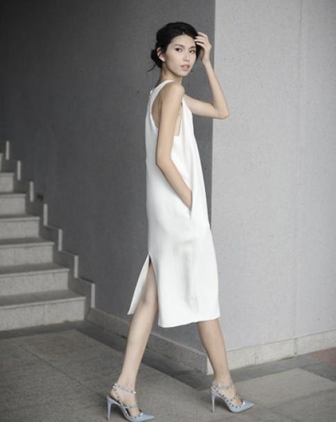 Thùy Dương khoe dáng mảnh mai trong váy tối giản