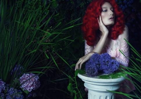 Thùy Dương, Lê Thúy mặc khiêu khích trong vườn hoa