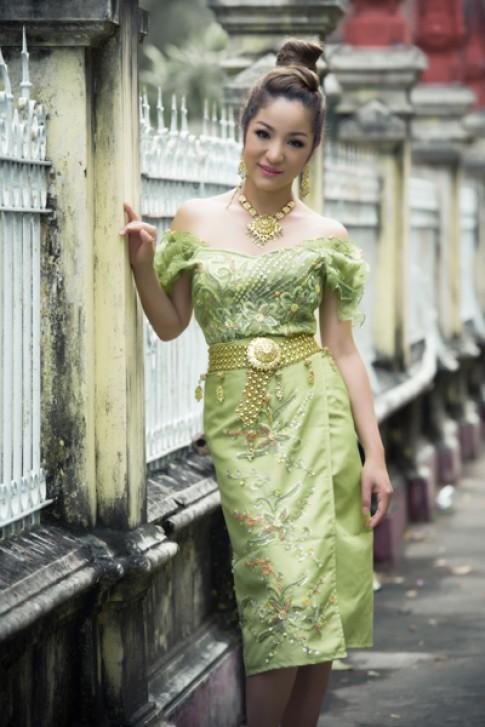 Thúy Nga dịu dàng trong váy Khmer cách điệu