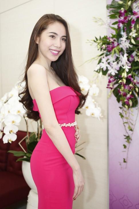 Thủy Tiên diện đầm hồng khoe da trắng