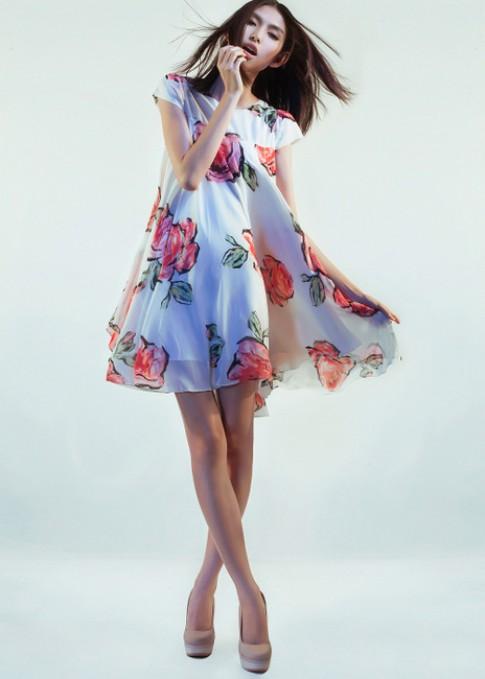Thùy Trang, Thùy Dương dịu dàng với váy ngắn