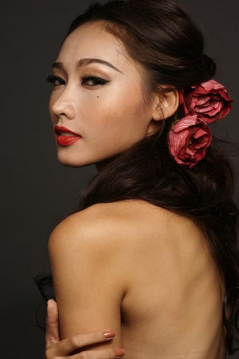 Tô Uyên Khánh Ngọc mặc váy hở trọn lưng trần