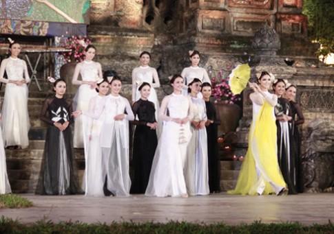 Tôn Nữ Na Uy tinh khôi với áo dài trắng