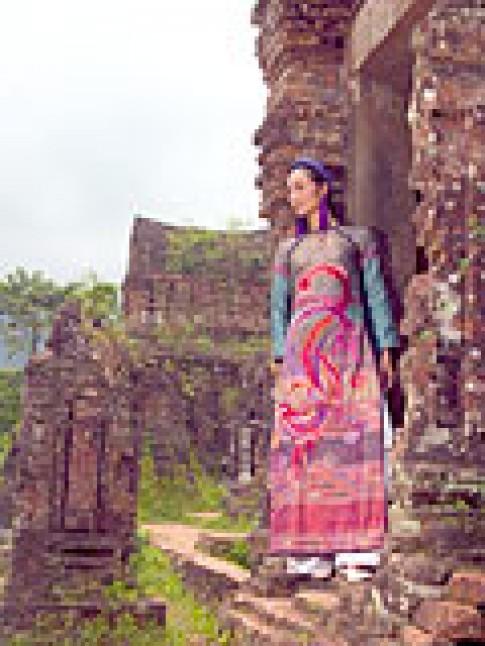Tôn vinh thổ cẩm Chăm trên nền áo dài Việt