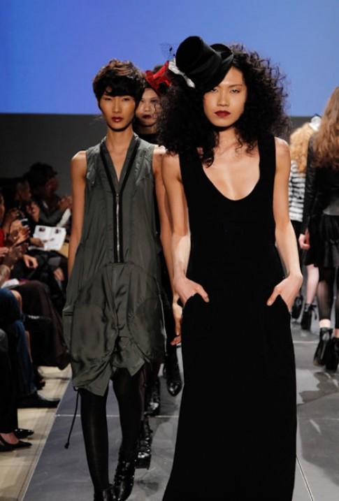 Top Model Hoàng Thùy tự tin catwalk tại New York