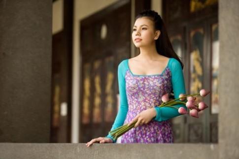 Trà Ngọc Hằng duyên dáng bên hoa sen
