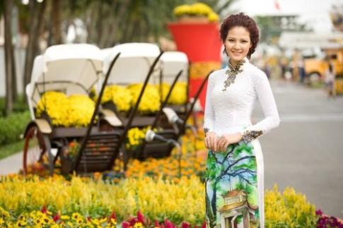 Trần Thị Quỳnh diện áo dài dạo phố xuân